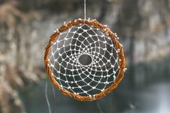 Handmade мечт улавливатель на предпосылке утесов и озера Стоковое фото RF