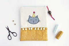 Handmade мешок молнии с милым котом в крышке стоковые фотографии rf