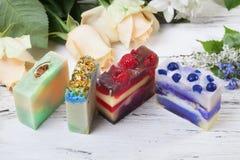 Handmade мыло с ягодами и травами, подарком стоковые фотографии rf