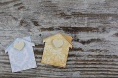 2 handmade дома в деревянной предпосылке Стоковое Фото