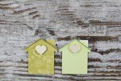 2 handmade дома в деревянной предпосылке Стоковое Изображение