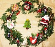 Handmade орнамент рождества округлил в беспорядке с игрушками, свечами, елью, годом сбора винограда ленты деревянным бумажным Стоковая Фотография RF