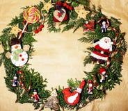 Handmade орнамент рождества округлил в беспорядке с игрушками, свечами, елью, годом сбора винограда ленты деревянным бумажным Стоковое Фото