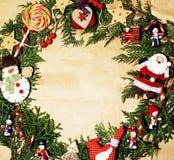Handmade орнамент рождества округлил в беспорядке с игрушками, свечами, елью, годом сбора винограда ленты деревянным бумажным Стоковое Изображение RF