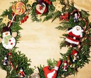 Handmade орнамент рождества округлил в беспорядке с игрушками, свечами, елью, годом сбора винограда ленты деревянным бумажным Стоковые Изображения