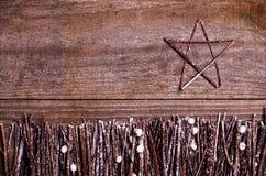 Handmade от звезды войлока на деревянной предпосылке Ремесло аранжировало от конусов ручек, хворостин, driftwood и сосны белых и  Стоковая Фотография RF