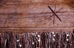 Handmade от звезды войлока на деревянной предпосылке Ремесло аранжировало от конусов ручек, хворостин, driftwood и сосны белых и  Стоковые Изображения