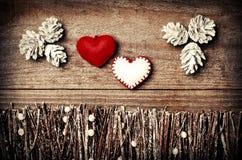 Handmade от сердец войлока на деревянной предпосылке F аранжированный ремеслом Стоковые Фотографии RF