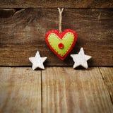 Handmade от сердца войлока, белых звезд на деревянной предпосылке с Стоковая Фотография