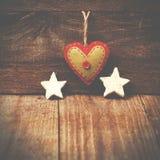 Handmade от сердца войлока, белых звезд на деревянной предпосылке с Стоковые Фотографии RF