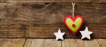 Handmade от сердца войлока, белых звезд на деревянной предпосылке Стоковые Фотографии RF