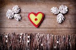 Handmade от сердца войлока на деревянной предпосылке Ремесло аранжировало от конусов ручек, хворостин, driftwood и сосны белых и  Стоковая Фотография RF