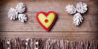Handmade от сердца войлока на деревянной предпосылке Стоковая Фотография