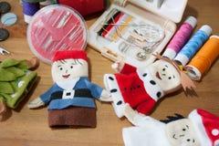Handmade палец куклы рождества для подарка рождества на деревянном backgr Стоковое Изображение RF