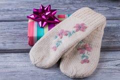 Handmade перчатки и подарочная коробка Стоковое Изображение RF