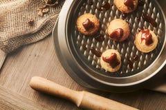 Handmade печенья с грецким орехом на предпосылке ремесла Стоковые Фотографии RF