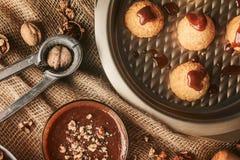 Handmade печенья с грецким орехом на предпосылке ремесла Стоковые Изображения RF