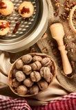 Handmade печенья с грецким орехом на предпосылке ремесла Стоковые Изображения