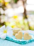 Handmade печенья формы сердца на предпосылке деревянной плиты и голубой салфетки внешней Стоковые Фото