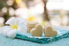 Handmade печенья формы сердца на предпосылке деревянной плиты и голубой салфетки внешней Стоковая Фотография RF