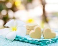 Handmade печенья формы сердца на предпосылке деревянной плиты и голубой салфетки внешней Стоковые Изображения RF