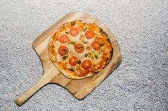 Handmade пицца груши подготовила на печи глины стоковое изображение rf