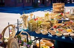 Handmade плетеные корзины на рынке стоковое изображение