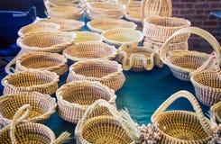 Handmade плетеные корзины на рынке стоковые фотографии rf