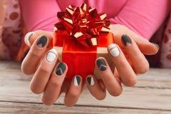 Handmade подарочная коробка в женских руках Стоковое Фото