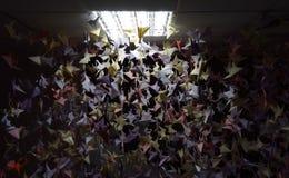 Handmade покрашенные краны origami на строках потолка Стоковые Изображения