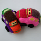 Handmade подарок для детей, малолитражный автомобиль knit Стоковая Фотография RF