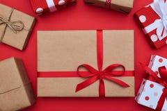 Handmade подарочная коробка в винтажном стиле окруженная с маленькими коробками стоковая фотография