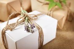 Handmade подарочная коробка с sprig лаванды стоковые изображения rf