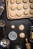 Handmade подготовка печений с стеклом питья и печет инструменты кухни стоковые фотографии rf