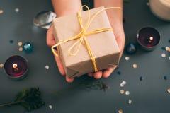 Handmade присутствующее вознаграждение подарочной коробки руки бумаги ремесла стоковые фотографии rf