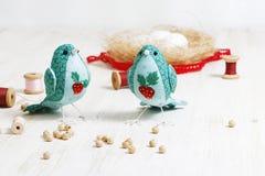2 handmade птицы зашили от стоек ткани на белом деревянном t Стоковая Фотография RF