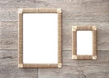 2 handmade рамки фото заплели джут против деревенской деревянной предпосылки Стоковое фото RF