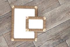2 handmade рамки фото заплели джут против деревенской деревянной предпосылки Стоковые Фото