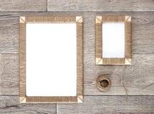 2 handmade рамки фото заплели джут против деревенской деревянной предпосылки Стоковая Фотография RF