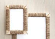 2 handmade рамки фото заплели джут против деревянной предпосылки Стоковые Фотографии RF