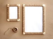 2 handmade рамки фото заплели джут против предпосылки рифлёного фибрового картона Стоковое Фото
