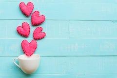 Handmade розовое и красное сердце на предпосылке голубого и белого цвета деревянной Стоковые Фотографии RF