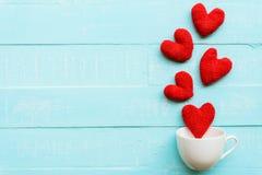 Handmade розовое и красное сердце на предпосылке голубого и белого цвета деревянной Стоковое Изображение