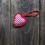 handmade связанная форма сердца на деревянной предпосылке Стоковые Фото