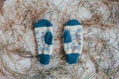 Handmade связанные носки на холодный сезон над взглядом Много различных голубых носок цвета Стоковое Изображение RF