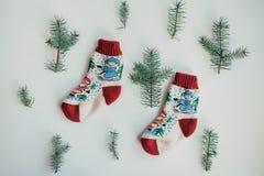 Handmade связанные носки на холодный сезон над взглядом Много различных голубых носок цвета Стоковые Фотографии RF