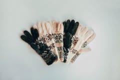 Handmade связанные носки на холодный сезон над взглядом Много различных голубых носок цвета Стоковые Изображения