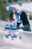 Handmade связанный снеговик в снеге Стоковые Изображения