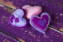 Handmade сердца игрушки войлока ткани - фиолет, розовый с шариками Стоковая Фотография