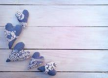Handmade сердца на деревянной предпосылке Торжество подарок Любовь отец s дня Взгляд сверху цветок дня дает матям сынка мумии к Стоковая Фотография RF